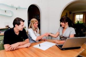 una-pareja-negociando-con-una-mujer